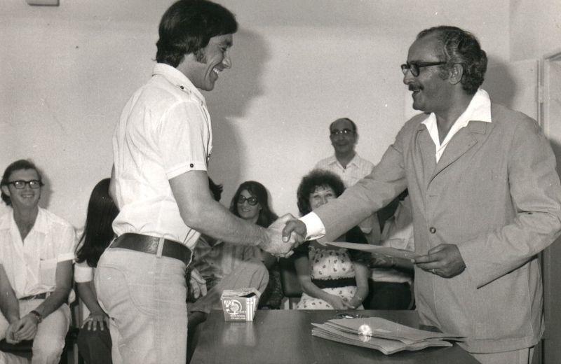 עם משה חובב-סיום קורס קריינים 1974