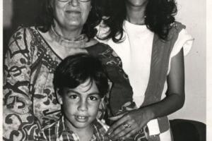 """בני ניצן עם אסתר סופר ז""""ל ועופרה חזה ז""""ל 1981"""